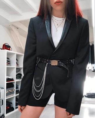 Wie kombinieren: schwarzes Sakko, weißes T-Shirt mit einem Rundhalsausschnitt, schwarze Radlerhose, schwarzer verzierter Leder Taillengürtel