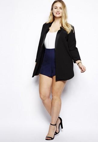 Shorts kombinieren – 500+ Damen Outfits: Ein schwarzes Sakko und Shorts sind absolut Casual-Must-Haves und können mit einer Vielzahl von Stücken gepaart werden, um ein entspanntes Outfit zu erreichen. Dieses Outfit passt hervorragend zusammen mit schwarzen Wildleder Sandaletten.