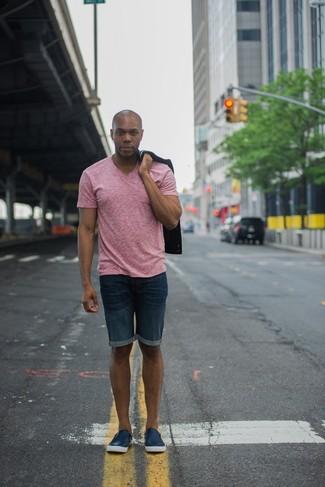 schwarzes Sakko, rosa T-Shirt mit einem V-Ausschnitt, dunkelblaue Jeansshorts, dunkelblaue Slip-On Sneakers aus Leder für Herren