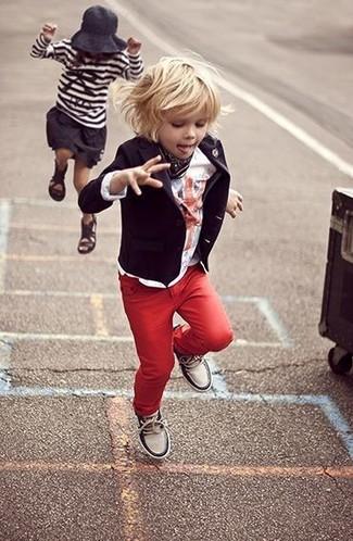 Wie kombinieren: schwarzes Sakko, weißes T-shirt, rote Jeans, weiße Turnschuhe