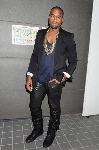 Kanye West trägt Schwarzes Sakko, Dunkelblaues Trägershirt, Schwarze Lederjeans, Schwarze Hohe Sneakers aus Leder