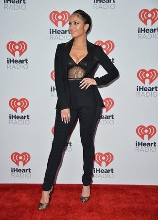 Jennifer Lopez trägt Schwarzes Sakko, Schwarzes Spitze Trägershirt, Schwarze Enge Hose, Schwarze Spitze Pumps