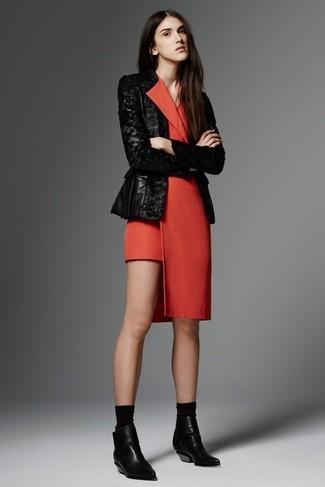 Wie kombinieren: schwarzes Paillettesakko, rotes Tuxedokleid, schwarze Leder Stiefeletten, schwarze Socke