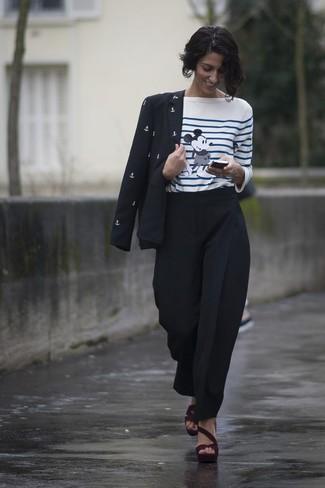 Wie kombinieren: schwarzes und weißes bedrucktes Sakko, weißes und blaues horizontal gestreiftes Langarmshirt, schwarze Karottenhose, dunkelrote Wildleder Sandaletten