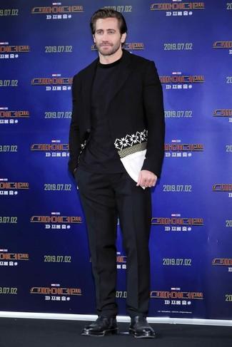 Wie kombinieren: schwarzes und weißes bedrucktes Sakko, dunkelblaues T-Shirt mit einem Rundhalsausschnitt, schwarze Anzughose, schwarze Chelsea-Stiefel aus Leder