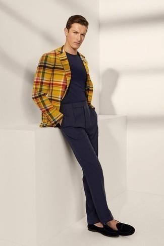 Jacke kombinieren – 1200+ Herren Outfits: Kombinieren Sie eine Jacke mit einer dunkelblauen Anzughose für eine klassischen und verfeinerte Silhouette. Vervollständigen Sie Ihr Look mit schwarzen Samt Slippern.