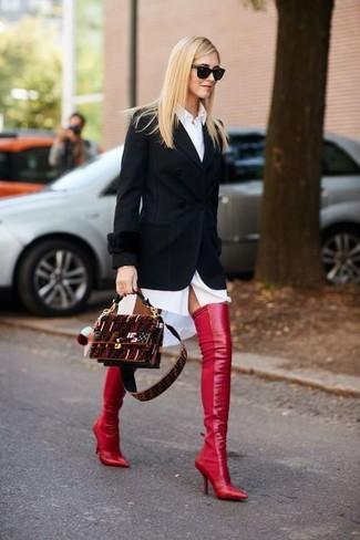 Wie kombinieren: schwarzes Sakko, weißes Shirtkleid, rote Overknee Stiefel aus Leder, dunkelrote Wildleder Umhängetasche