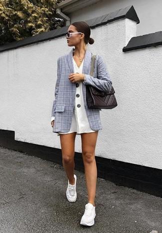 Weiße Sportschuhe kombinieren – 122 Damen Outfits: Die Kombination aus einem grauen Sakko mit Karomuster und einem weißen Shirtkleid bietet die perfekte Balance zwischen geradlinigem Trend-Look und zeitgenössische Stil. Fühlen Sie sich mutig? Entscheiden Sie sich für weißen Sportschuhe.