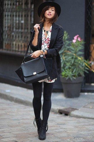 Schwarze Halskette kombinieren – 178 Damen Outfits: Möchten Sie ein legeres Outfit kreieren, ist diese Kombination aus einem schwarzen Sakko und einer schwarzen Halskette ganz perfekt. Ergänzen Sie Ihr Look mit schwarzen Wildleder Stiefeletten.