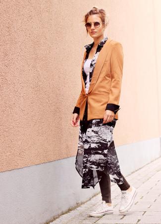 Wie kombinieren: beige Sakko, schwarzes und weißes bedrucktes Chiffonshirtkleid, weißes Trägershirt, dunkelgraue Leggings