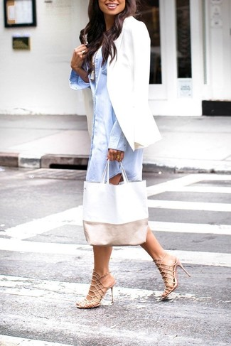 Herbst Outfits Damen 2020: Kombinieren Sie ein weißes Sakko mit einem hellblauen Shirtkleid für einen schlanken Freizeit-Look. Ergänzen Sie Ihr Look mit hellbeige Leder Sandaletten. Ein trendiger Übergangs-Look.