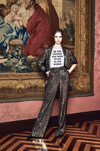 silbernes Paillettesakko, weißes und schwarzes bedrucktes T-Shirt mit einem Rundhalsausschnitt, silberne weite Hose aus Paillette, schwarze Wildleder Pumps für Damen