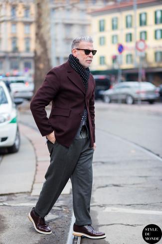 Nick Wooster trägt Dunkelrotes Sakko, Graue Strickjacke, Graue Wollanzughose, Dunkelrote Leder Derby Schuhe