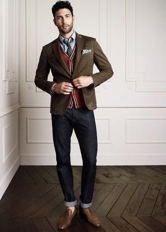 Wie kombinieren: dunkelbraunes Sakko, rote Strickjacke, hellblaues Chambray Businesshemd, dunkelgraue Jeans