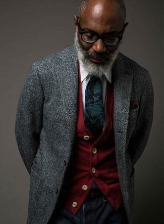 Wie kombinieren: graues Sakko mit Fischgrätenmuster, rote Strickjacke, weißes Businesshemd, dunkelblaue Jeans