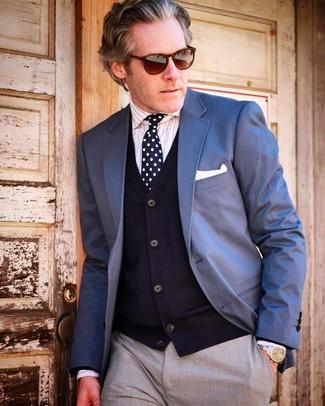 50 Jährige: Wie blaues Sakko mit grauer Hose zu kombinieren – 54 Herren Outfits: Kombinieren Sie ein blaues Sakko mit einer grauen Hose für eine klassischen und verfeinerte Silhouette.