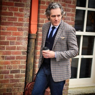Wie kombinieren: braunes Sakko mit Schottenmuster, dunkelblaue Strickjacke, hellblaues Businesshemd, dunkelblaue Jeans