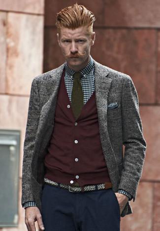 Wie kombinieren: graues Wollsakko mit Schottenmuster, dunkelrote Strickjacke, dunkelblaues und weißes Businesshemd mit Vichy-Muster, dunkelblaue Chinohose