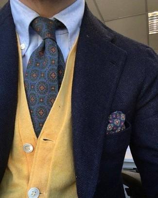 Wie kombinieren: schwarzes Wollsakko, gelbe Strickjacke, hellblaues Businesshemd, violette bedruckte Krawatte