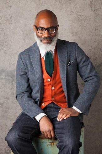 Wie kombinieren: graues Wollsakko, orange Strickjacke, weißes Businesshemd, schwarze Jeans