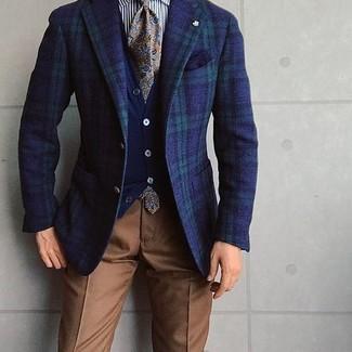 Wie kombinieren: dunkelblaues und grünes Sakko mit Schottenmuster, dunkelblaue Strickjacke, weißes und schwarzes vertikal gestreiftes Businesshemd, braune Anzughose