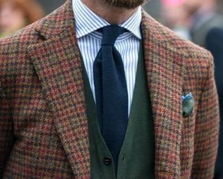 Wie kombinieren: braunes Wollsakko mit Vichy-Muster, dunkelgrüne Strickjacke, weißes und blaues vertikal gestreiftes Businesshemd, dunkelblaue Strick Krawatte