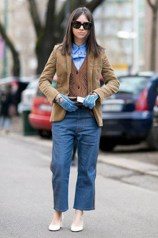 Paaren Sie eine braune strickjacke mit einer schwarzen sonnenbrille für ein stylisches Büro-Ensemble. Komplettieren Sie Ihr Outfit mit weißen leder pumps.