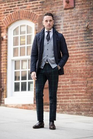 Wie kombinieren: schwarzes gestepptes Sakko, graue Strickjacke, weißes Businesshemd, dunkelblaue und grüne Anzughose mit Schottenmuster