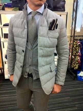 Wie kombinieren: graues gestepptes Sakko, graue Strickjacke, weißes Businesshemd, graue Wollanzughose