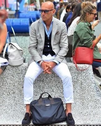 Wie kombinieren: graues Sakko, dunkelblaue Strickjacke, hellblaues Businesshemd, weiße Chinohose