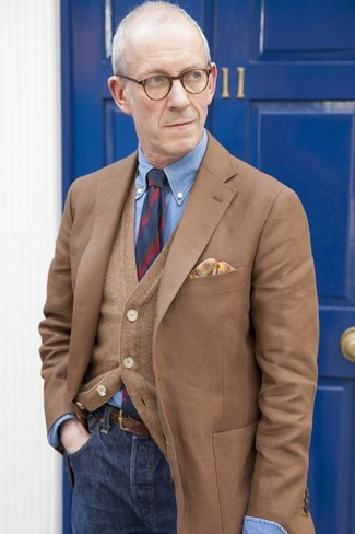 Wie kombinieren: braunes Sakko, braune Strickjacke, blaues Chambray Businesshemd, dunkelblaue Jeans