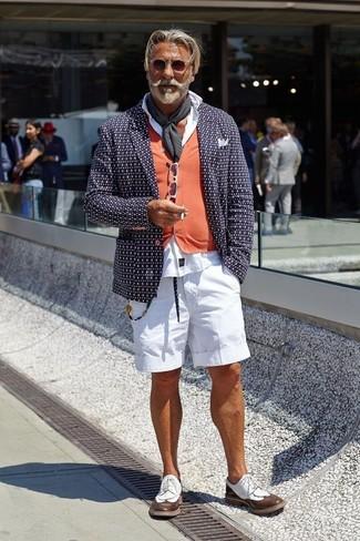 Wie kombinieren: dunkelblaues bedrucktes Sakko, orange Strickjacke, weißes Businesshemd, weiße Shorts