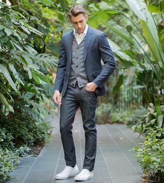 Wie kombinieren: dunkelblaues Sakko, graue Strickjacke, weißes Businesshemd, dunkelblaue Jeans