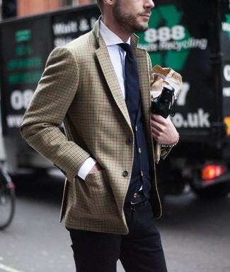 Wie kombinieren: braunes Sakko mit Hahnentritt-Muster, dunkelblaue Strickjacke, weißes Businesshemd, schwarze Chinohose