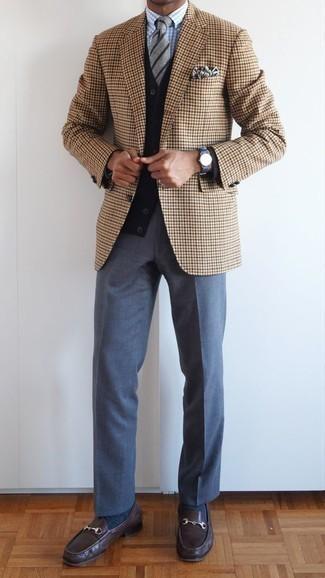 Dunkelblaues und weißes bedrucktes Einstecktuch kombinieren: trends 2020: Für ein bequemes Couch-Outfit, erwägen Sie das Tragen von einem beige Sakko mit Hahnentritt-Muster und einem dunkelblauen und weißen bedruckten Einstecktuch. Entscheiden Sie sich für dunkelbraunen Leder Slipper, um Ihr Modebewusstsein zu zeigen.