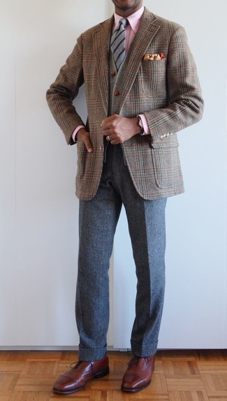 Dunkelgraue Wollchinohose kombinieren: trends 2020: Entscheiden Sie sich für ein braunes Sakko mit Hahnentritt-Muster und eine dunkelgraue Wollchinohose für Ihren Bürojob. Fühlen Sie sich ideenreich? Wählen Sie braunen Leder Oxford Schuhe.