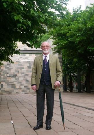 Dunkelblaue Strickjacke kombinieren: trends 2020: Geben Sie den bestmöglichen Look ab in einer dunkelblauen Strickjacke und einer dunkelgrauen Anzughose. Putzen Sie Ihr Outfit mit schwarzen Leder Oxford Schuhen.