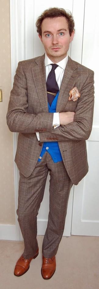 Wie kombinieren: braunes Wollsakko mit Schottenmuster, blaue Strickjacke, weißes Businesshemd, braune Wollanzughose mit Schottenmuster