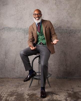 Wie kombinieren: braunes Wollsakko mit Schottenmuster, grüne Strickjacke, hellblaues Jeanshemd, dunkelbraune Anzughose