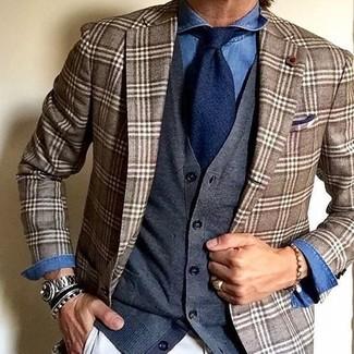Wie kombinieren: braunes Sakko mit Schottenmuster, dunkelgraue Strickjacke, blaues Jeanshemd, weiße Chinohose