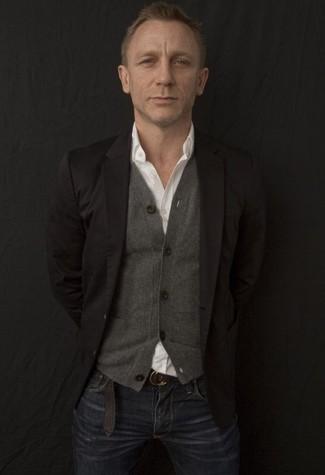 Daniel Craig trägt Schwarzes Sakko, Graue Strickjacke, Weißes Langarmhemd, Dunkelblaue Jeans