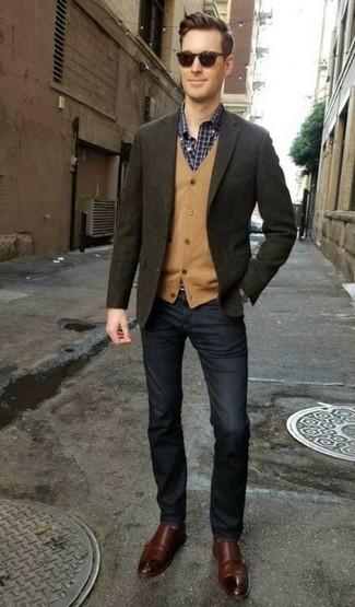 Wie kombinieren: olivgrünes Wollsakko, beige Strickjacke, dunkelblaues und weißes Langarmhemd mit Karomuster, dunkelblaue Jeans