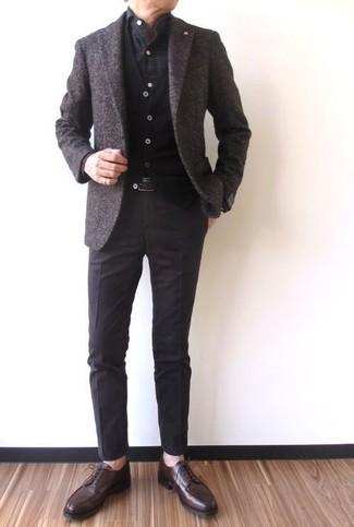 Wie kombinieren: dunkelbraunes Wollsakko, schwarze Strickjacke, dunkelgraues Langarmhemd mit Karomuster, dunkelbraune Anzughose