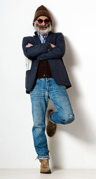 Braune Mütze kombinieren – 159 Herren Outfits: Erwägen Sie das Tragen von einem dunkelblauen Sakko mit Karomuster und einer braunen Mütze für einen entspannten Wochenend-Look. Fühlen Sie sich ideenreich? Ergänzen Sie Ihr Outfit mit braunen Chelsea Boots aus Wildleder.