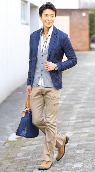 20 Jährige: Dunkelblaue Shopper Tasche aus Segeltuch kombinieren: trends 2020: Für ein bequemes Couch-Outfit, erwägen Sie das Tragen von einem dunkelblauen vertikal gestreiften Sakko und einer dunkelblauen Shopper Tasche aus Segeltuch. Fühlen Sie sich ideenreich? Ergänzen Sie Ihr Outfit mit beige Chukka-Stiefeln aus Wildleder.
