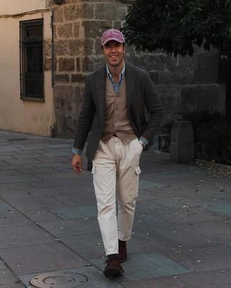 Dunkelgrüne Socken kombinieren – 175 Herren Outfits: Kombinieren Sie ein dunkelgraues Wollsakko mit Karomuster mit dunkelgrünen Socken für einen entspannten Wochenend-Look. Fügen Sie dunkelbraunen Chukka-Stiefel aus Wildleder für ein unmittelbares Style-Upgrade zu Ihrem Look hinzu.