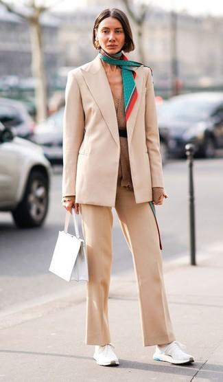 Wie kombinieren: hellbeige Sakko, braune Strickjacke mit einer offenen Front, hellbeige Anzughose, weiße Sportschuhe