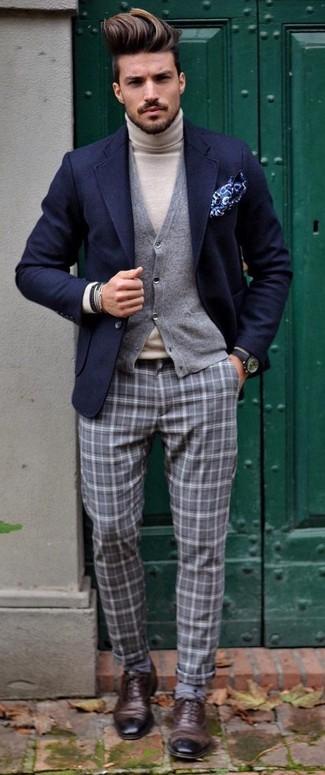 Wie kombinieren: dunkelblaues Wollsakko, graue Strickjacke, hellbeige Rollkragenpullover, graue Anzughose mit Schottenmuster