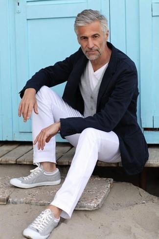 dunkelblaues Sakko, graue Strickjacke, weißes T-Shirt mit einem Rundhalsausschnitt, weiße Chinohose für Herren