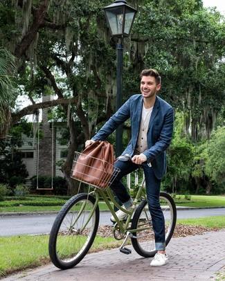 Wie kombinieren: dunkelblaues Jeanssakko, hellbeige Strickjacke, weißes T-Shirt mit einem Rundhalsausschnitt, dunkelblaue Jeans
